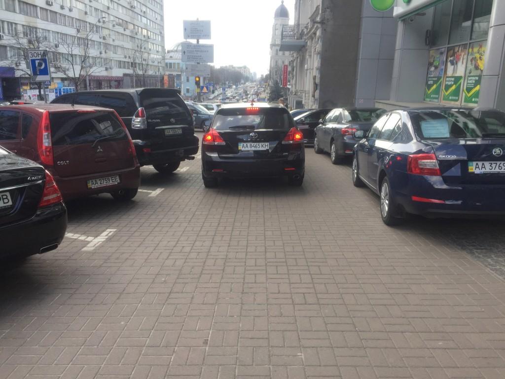 В Киев на тротуарах места для пешеходов почти нет