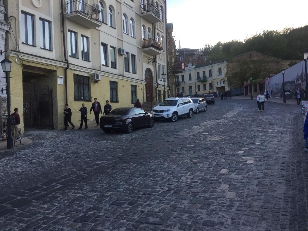 Андреевский спуск в Киеве - это пешеходная непешеходная зона