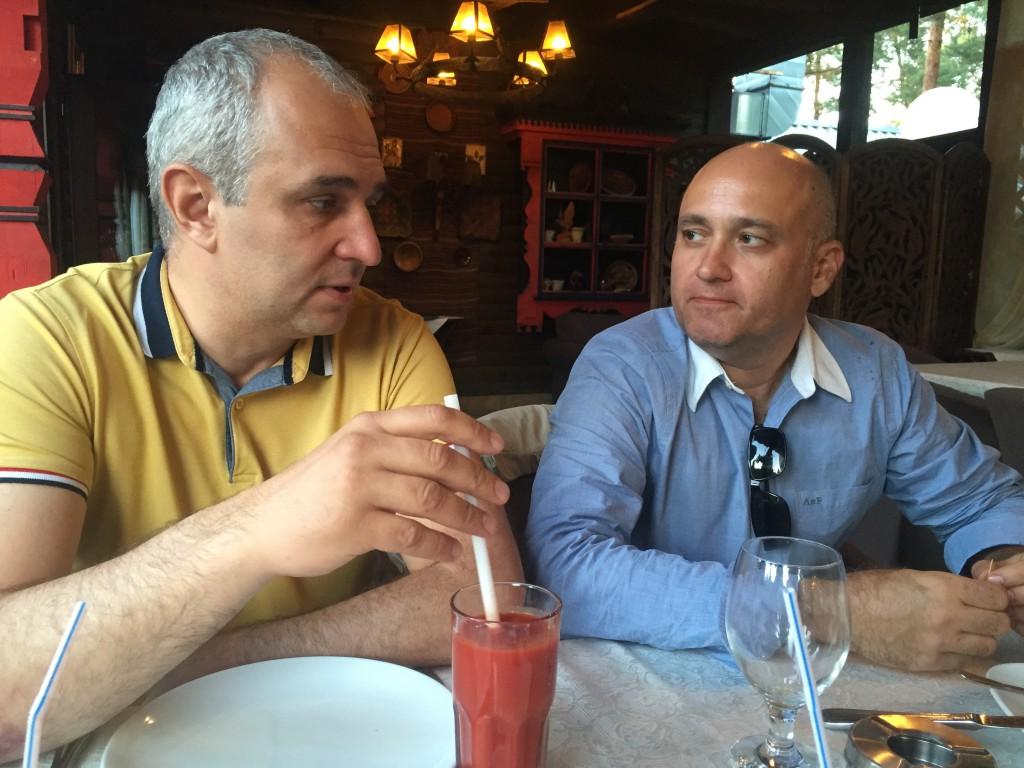 Секретарь Столыпин Клуба Сергей Коннов (справа) с интересом слушает гостя регулярного заседания Вадима Игнатова