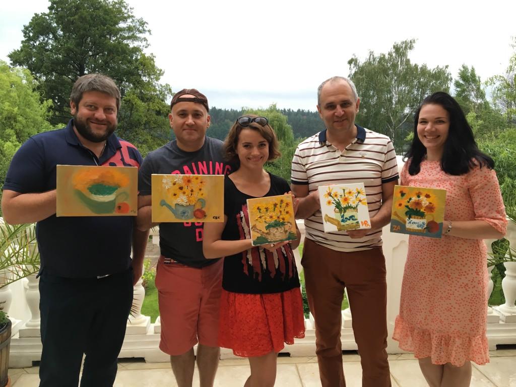 Гости семейного пикника со своими картинами