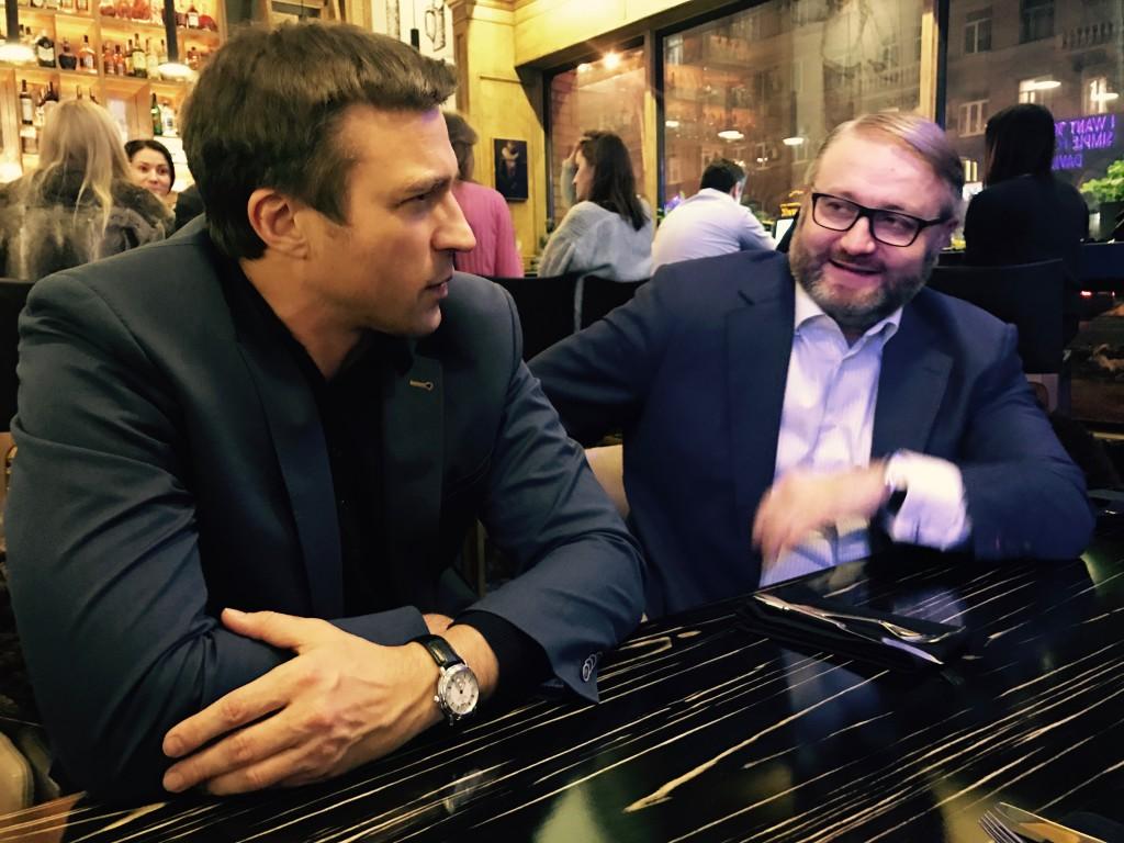 Старший Член Столыпин Клуба Олег Васылык (слева) обменивается новостями и впечатлениями с Президентом Клуба Валентином Загария