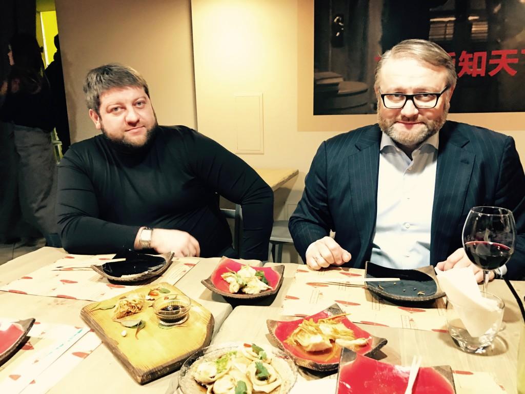 Президент Столыпин Клуба Валентин Загария (справа) и Член Клуба Дмитрий Загария за клубным ужином в азиатском стиле